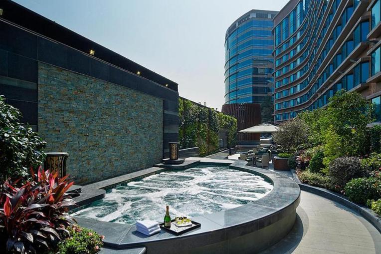 royal-plaza-hotel-jacuzzi